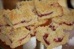Klecks-Streuselkuchen mit Roter Grütze